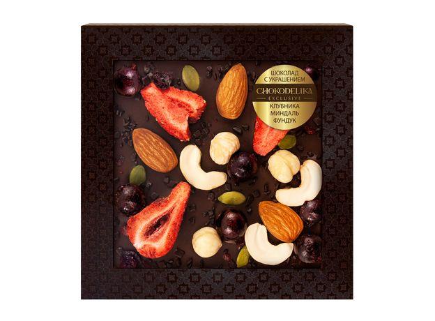 Шоколад с украшением Chokodelika темный с клубникой, миндалем, фундуком 75 гр